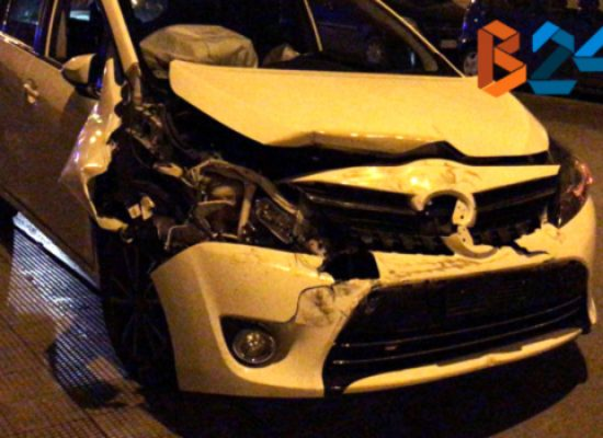 Auto si schianta contro vettura in sosta su via Giovanni Bovio