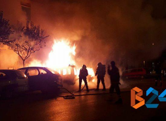 Tre auto in fiamme nella notte in via Luigi Papagni / FOTO