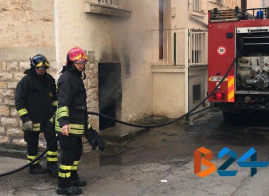 Paura in zona San Pietro: fiamme in cantina, nessun ferito /VIDEO