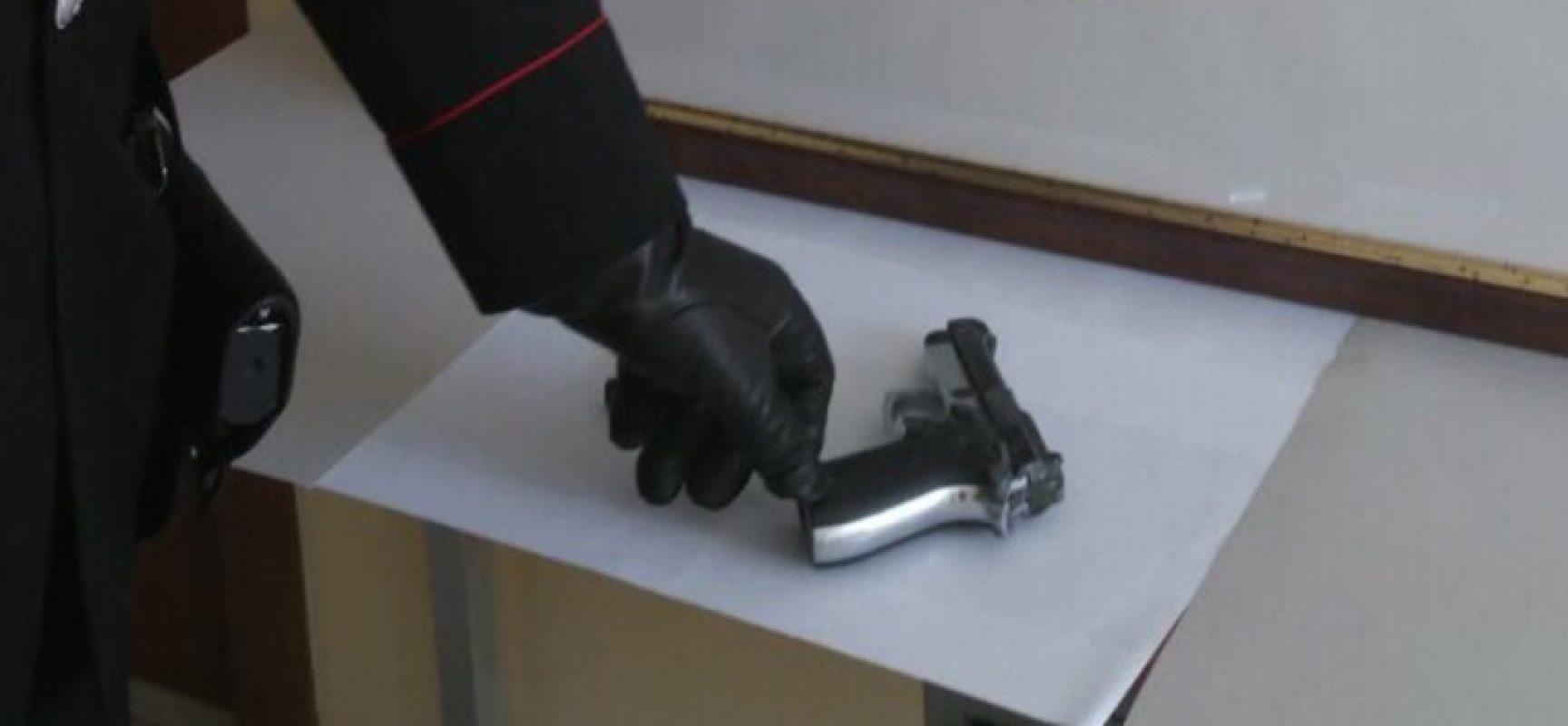 Pistola nel box, arrestato 19enne già noto alle forze dell'ordine