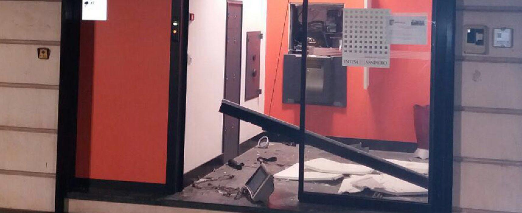Bomba al bancomat, colpo alla Banca Apulia in via Aldo Moro / FOTO E VIDEO
