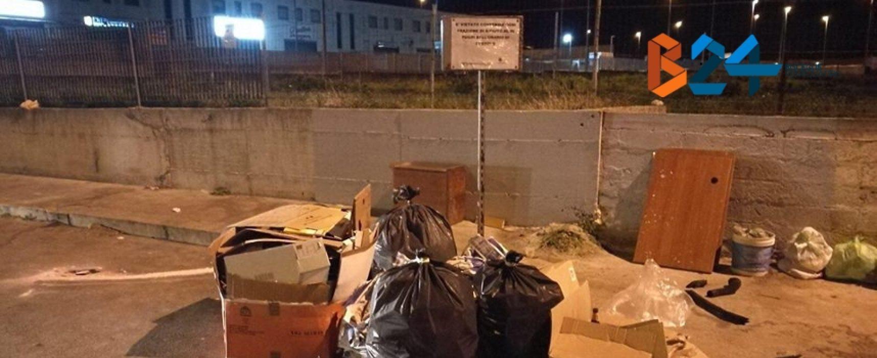 Isole ecologiche mobili, rifiuti abbandonati fuori dall'orario di presidio