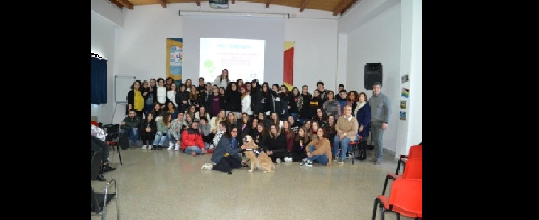 Gli alunni del Cosmai scoprono la Pet Therapy con le esperte di Orme Onlus