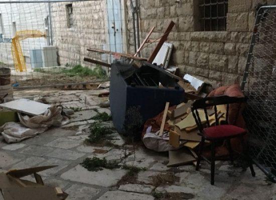 Ancora molti rifiuti abbandonati nel centro storico, degrado e inciviltà in diversi vicoletti