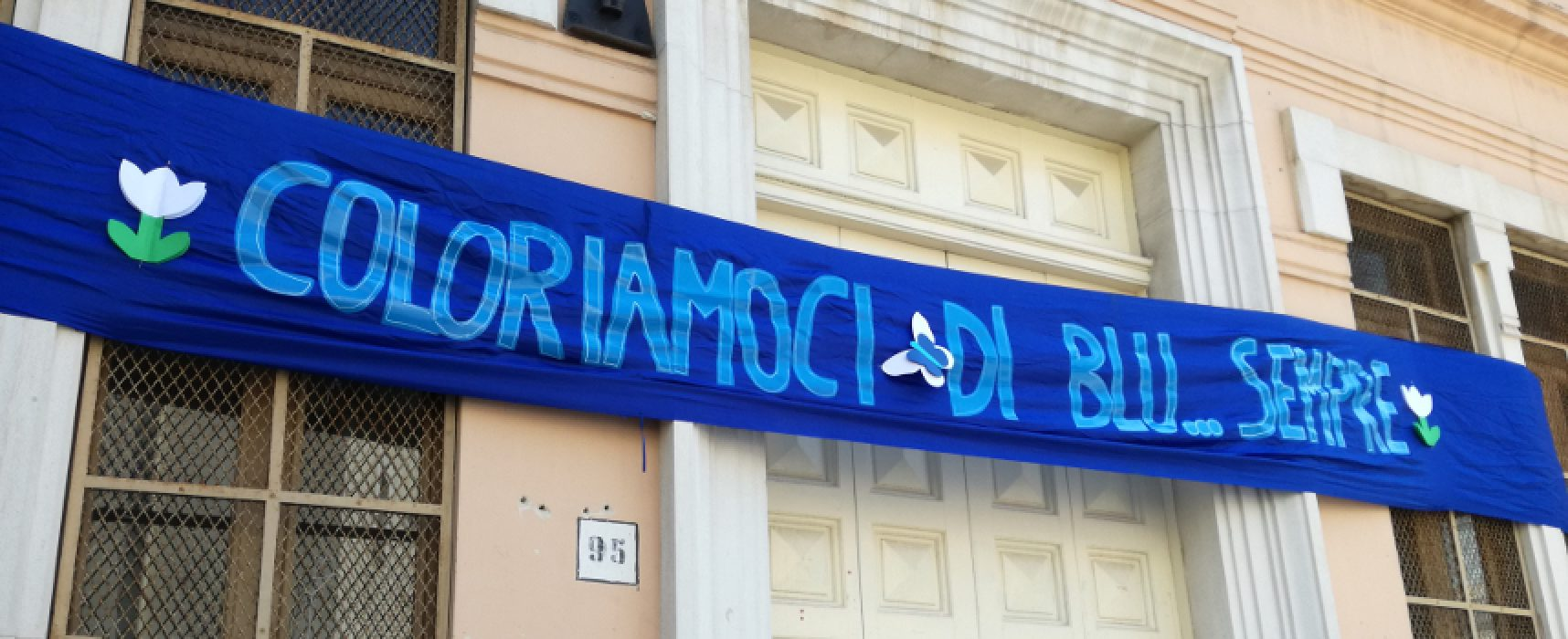 """Giornata mondiale consapevolezza autismo, la """"De Amicis"""" si colora di blu anche a Pasquetta"""