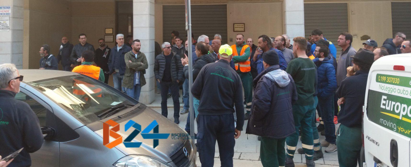 """Sit-in operai igiene, Fata: """"Garantiremo diritti"""", Casella: """"Amministrazione confusa"""" / VIDEO"""