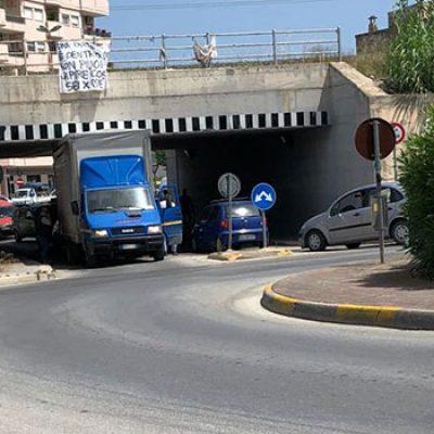 Autocarro rimasto incastrato al sottovia di via Ruvo / FOTO