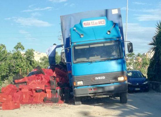 Camion centra buca e perde grosso quantitativo di ciliegie