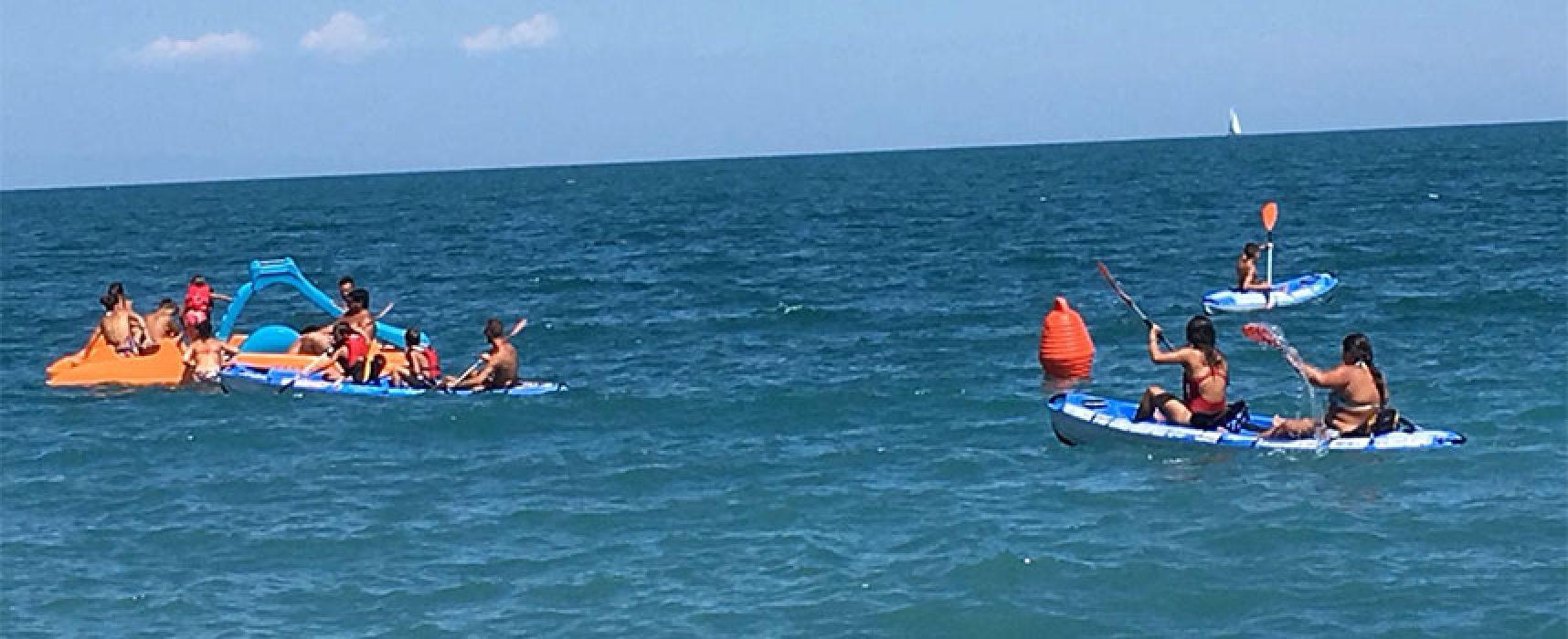 I bagnini Baywatch accolgono i ragazzi di Villa Giulia per una giornata al mare