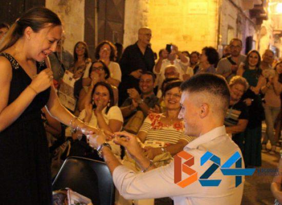 """Proposta di matrimonio di Giacomo a Monica a """"Libri nel Borgo Antico"""" / VIDEO"""