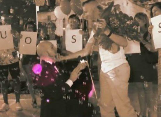 """Matteo chiede la mano di Andrea in piazza, """"giorno magico e speciale"""" / VIDEO"""