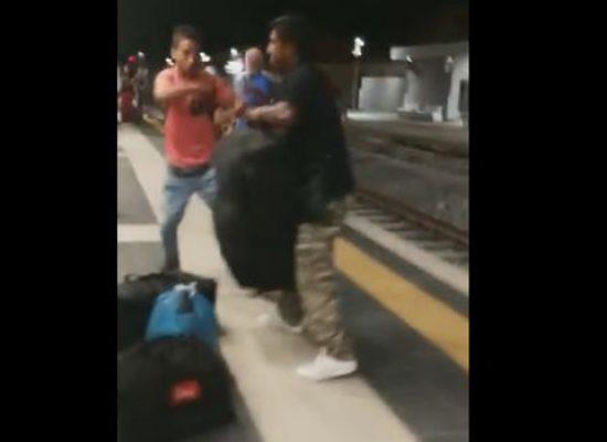 Aggressione in stazione, paura tra i molti passeggeri presenti / VIDEO