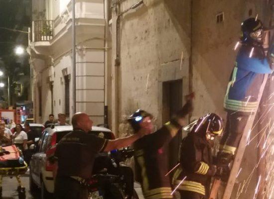 Uomo 51enne si barrica in casa e poi minaccia la Polizia Locale con coltelli