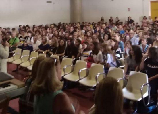 """Festa dell'accoglienza al """"Dell'Olio"""": gli studenti diplomati accolgono le matricole"""
