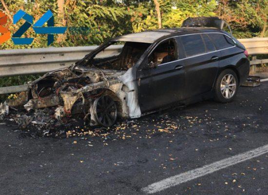 Auto in fiamme sulla statale 16, traffico in tilt