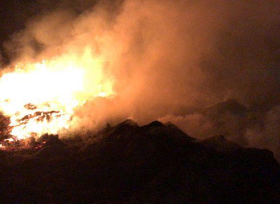 Altro incendio nello stesso fondo: ancora fumo e aria acre in città