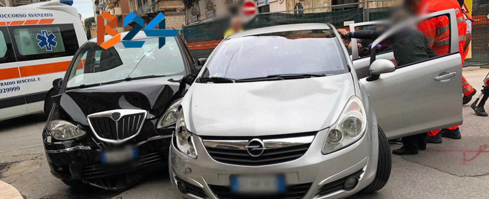 Scontro tra due auto in centro, tre feriti