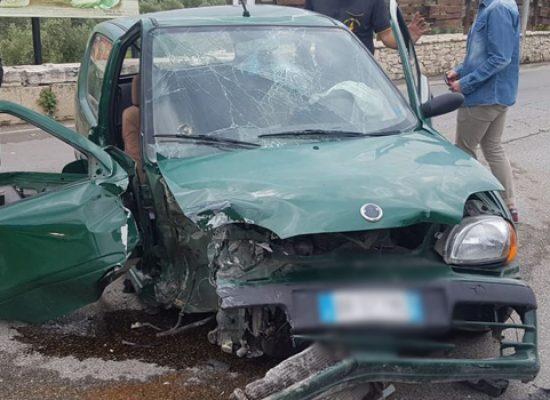 Auto si schianta contro muretto in via Imbriani, 24enne al pronto soccorso