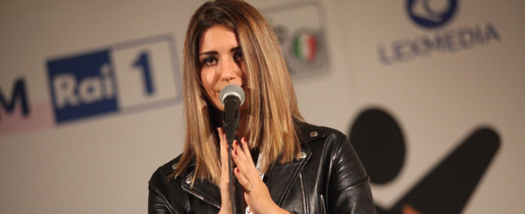 """La cantante biscegliese Sarah Di Pinto interpreta """"Almeno tu nell'universo"""" / VIDEO"""