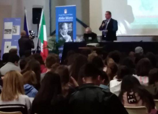 """Istituto """"Dell'Olio"""", ricordata la figura dello statista Aldo Moro con l'on. Gero Grassi"""