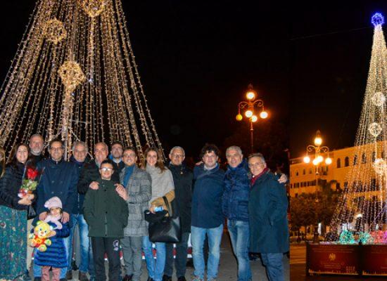 Il Natale entra nel vivo in città, illuminato l'albero e accese le luminarie / FOTO