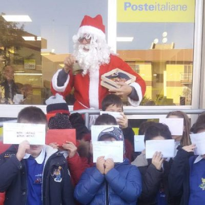 """Lettere a Babbo Natale, i bambini della """"Cosmai"""" in coda all'ufficio postale per la spedizione"""