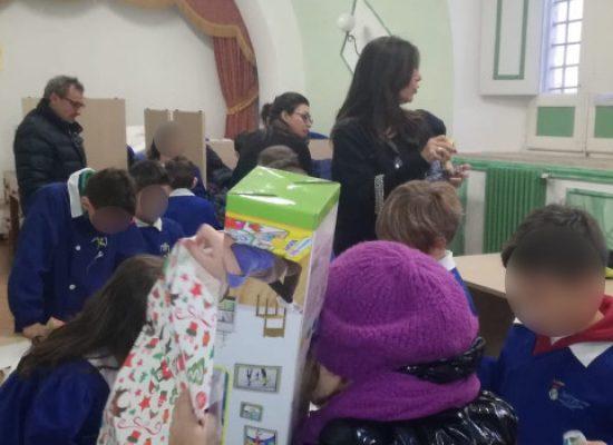 """Alunni del IV Circolo plesso """"Sergio Cosmai"""" donano giocattoli alla Caritas cittadina"""