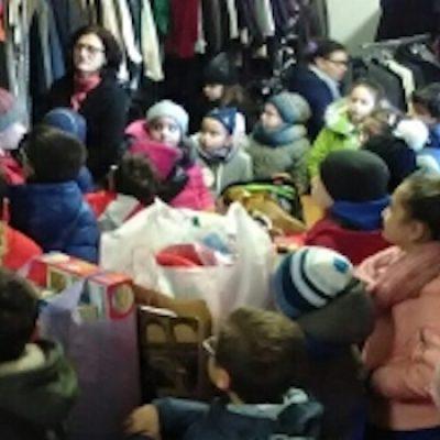 """Alunni della """"don Tonino Bello"""" donano giochi e materiale scolastico all'emporio Caritas"""