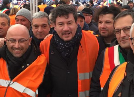 Sindaco Angarano, vicesindaco Consiglio e Sergio Silvestris in piazza con i gilet arancioni