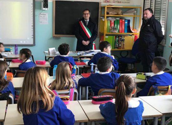 Il sindaco Angarano a scuola per rispondere alle domande dei bambini