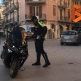 Scontro auto-moto all'incrocio di via Piave, uomo si allontana dopo l'incidente