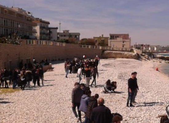 """Studenti del Liceo """"da Vinci"""" all'opera per ripulire aree verdi e """"seconda spiaggia / FOTO"""