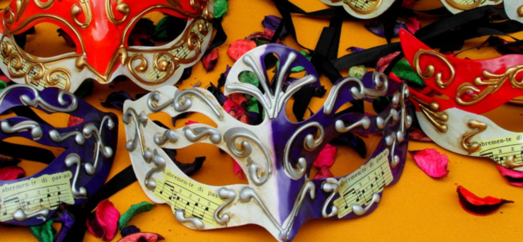 Festa in maschera per celebrare l'ultimo giorno di Carnevale tra dolciumi e comicità
