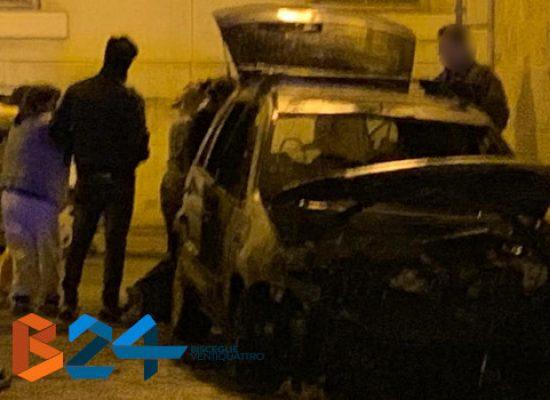 Auto in fiamme nella notte in zona Sant'Agostino