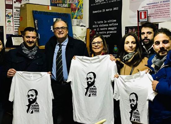 Squadre biscegliesi in campo con maglia commemorativa dedicata a Sergio Cosmai