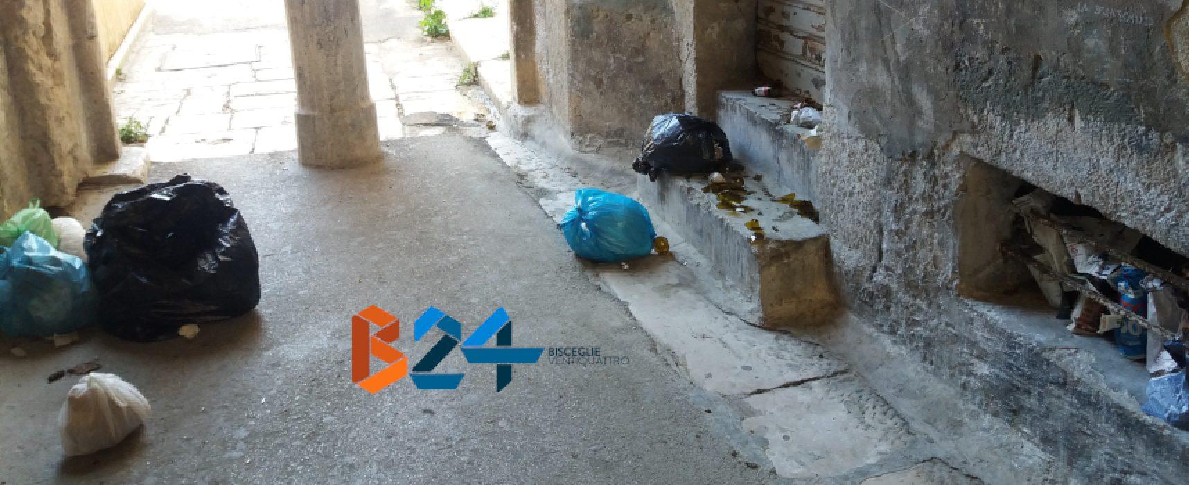 """Vico Lepanto, """"stradina dimenticata regno di rifiuti e urina"""" / FOTO"""
