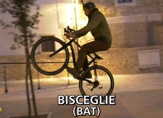 Striscia la Notizia a Bisceglie, Brumotti intercetta spaccio nel centro storico / VIDEO