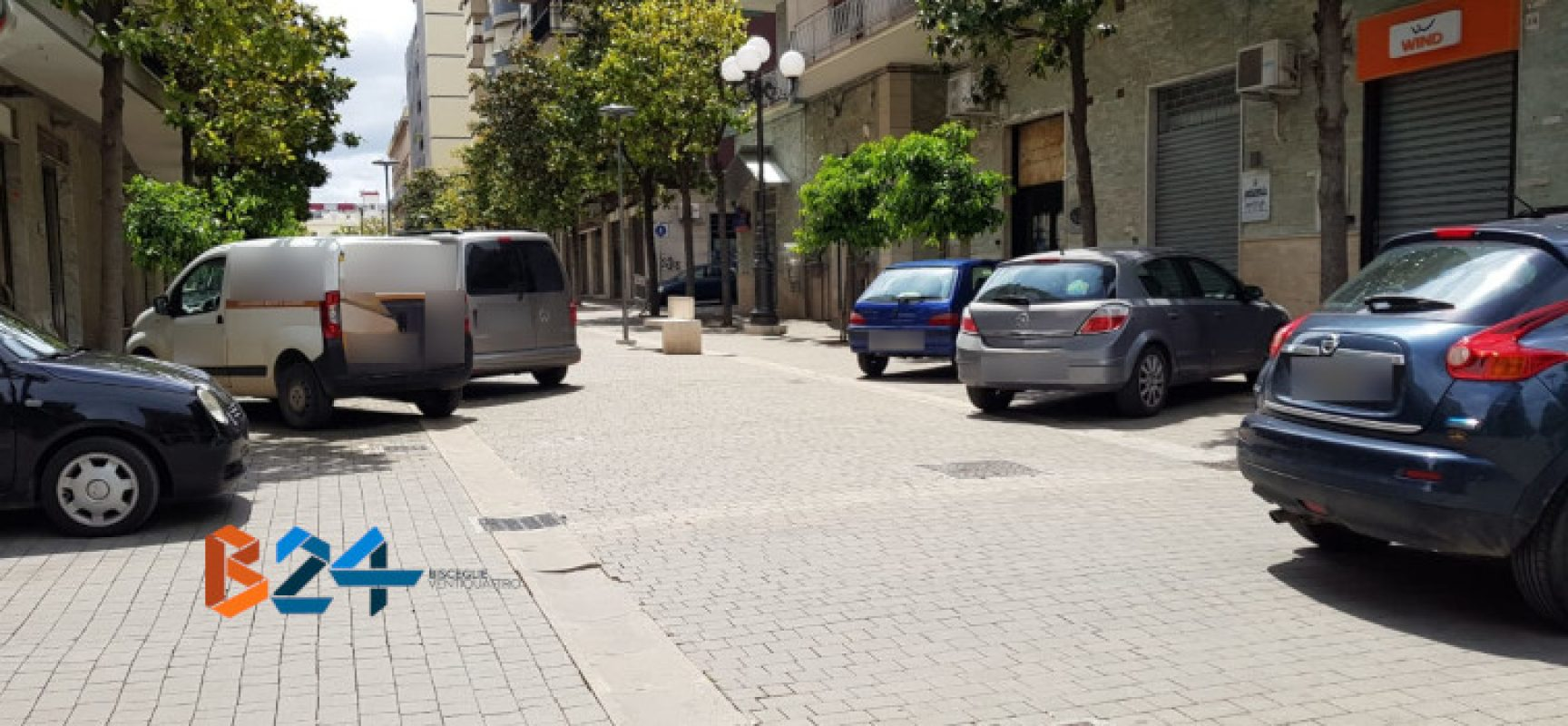 Auto e furgoni parcheggiati nell'area pedonale di via Aldo Moro