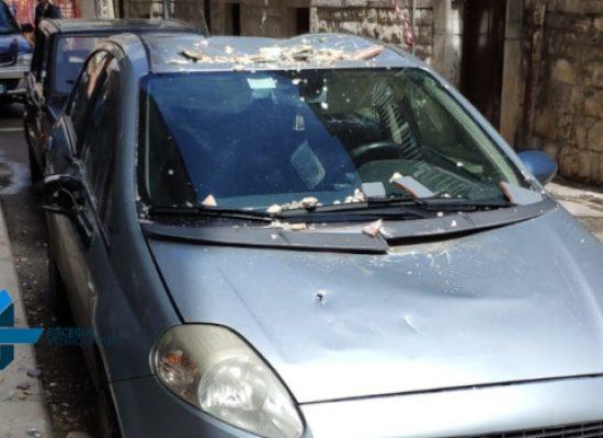 Crolla cornicione in via Montecucco: tragedia sfiorata, nessun ferito /FOTO