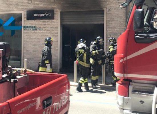 Incendio a negozio in via XXIV maggio, domate le fiamme