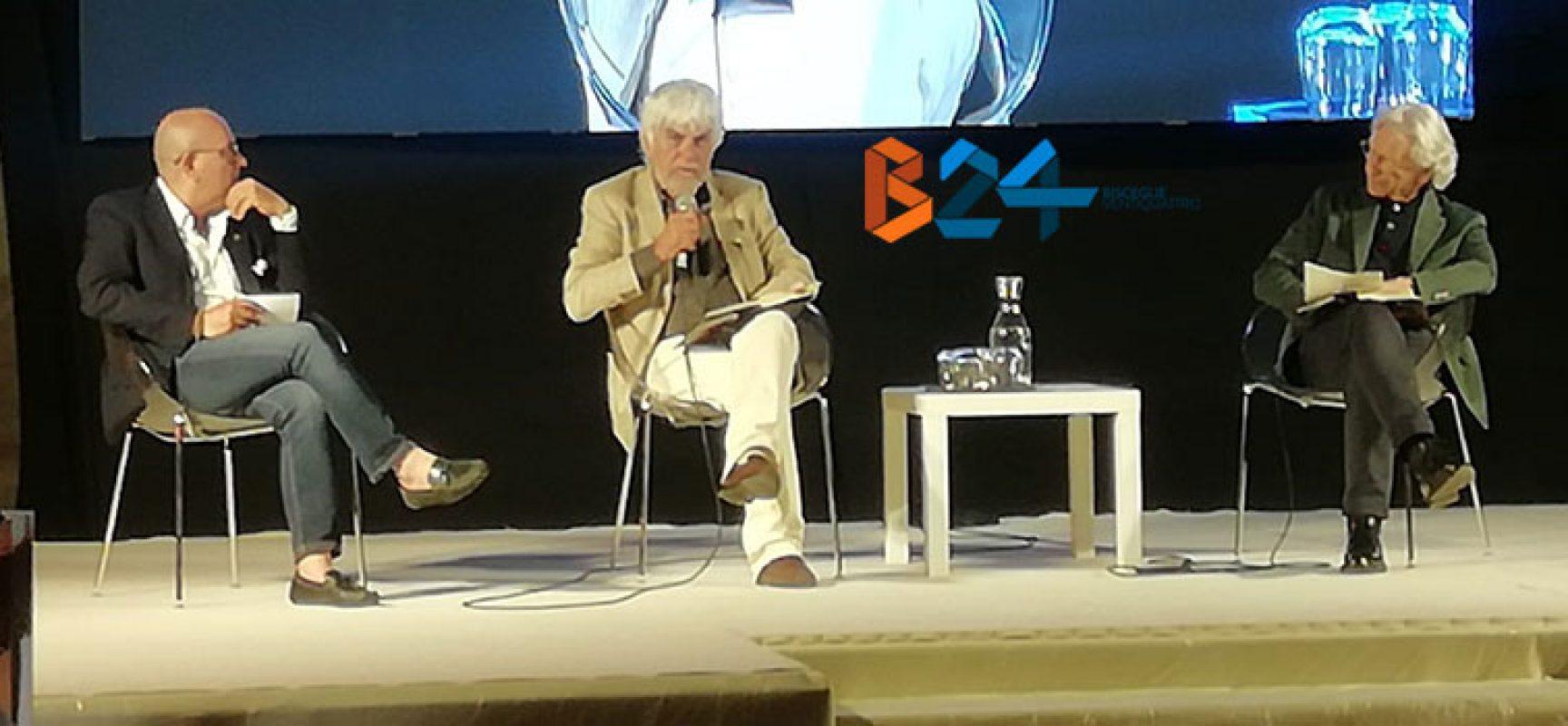 """Valerio Massimo Manfredi ipnotizza piazza Castello col suo romanzo, """"Quinto Comandamento"""""""