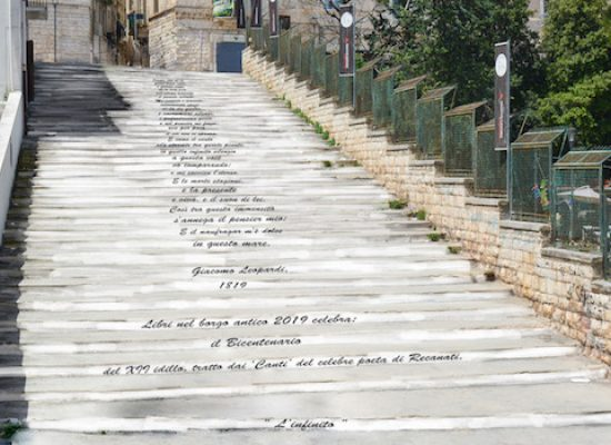 Libri nel Borgo Antico, la scalinata di via Porto sarà decorata con i versi di Leopardi