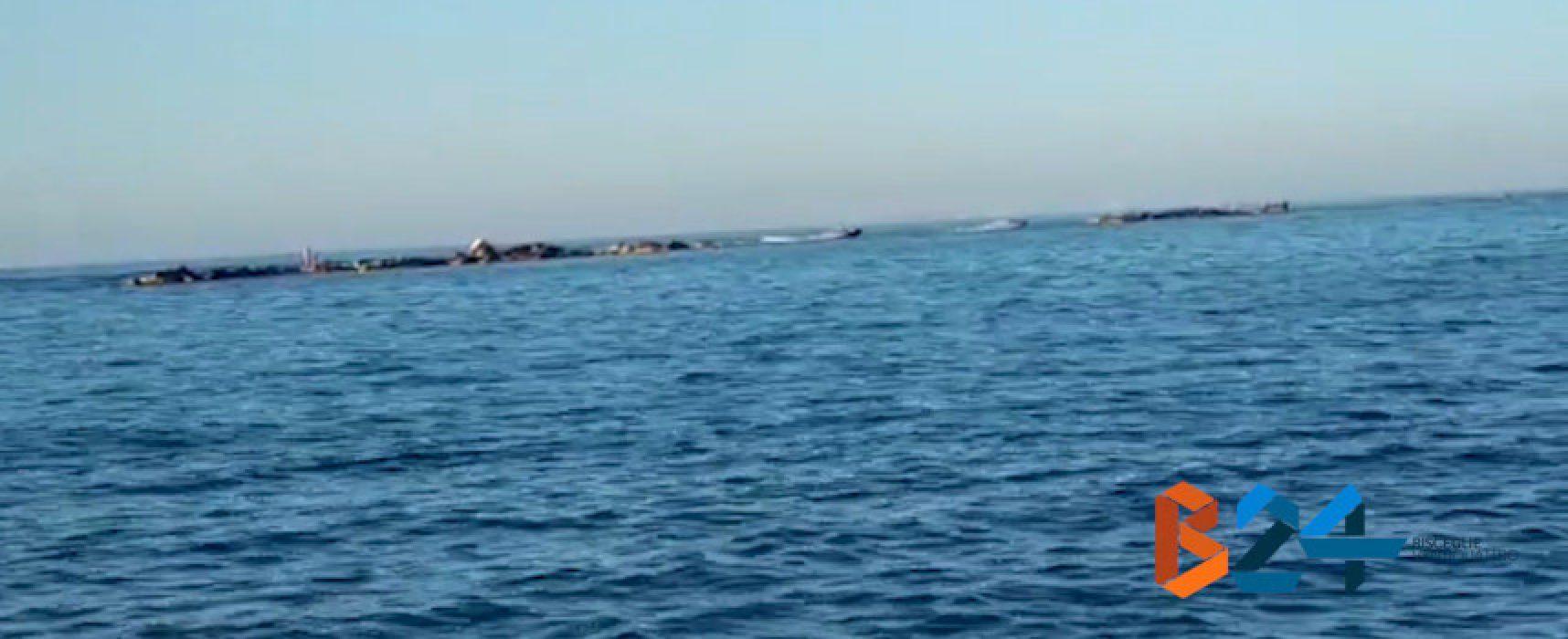 Moto d'acqua sfrecciano sotto costa sul lungomare di ponente / VIDEO