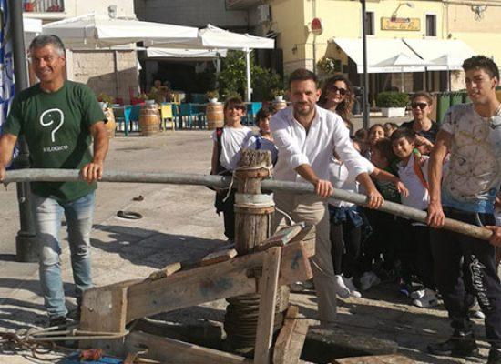 Riconsegnato l'argano in legno restaurato con raccolta fondi popolare