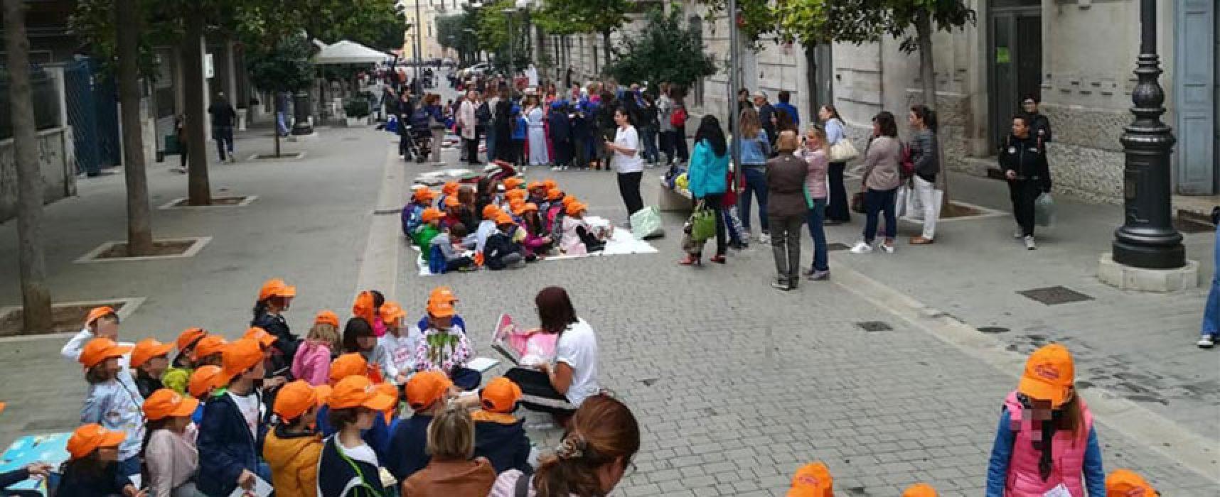 """Gli alunni della """"De Amicis"""" protagonisti del flashmob letterario in centro / FOTO"""