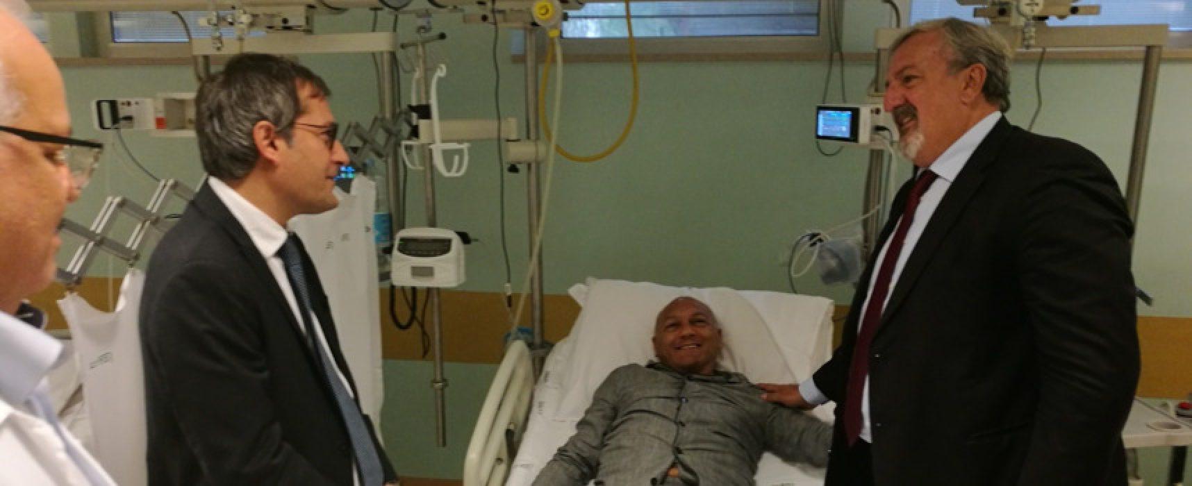 Emiliano visita in ospedale l'agente di Polizia Locale aggredito