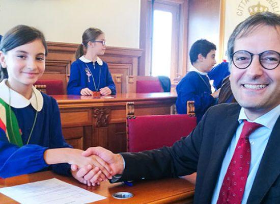 Primi passi in Comune: piccoli studenti simulano seduta consiglio comunale a Palazzo di Città / FOTO