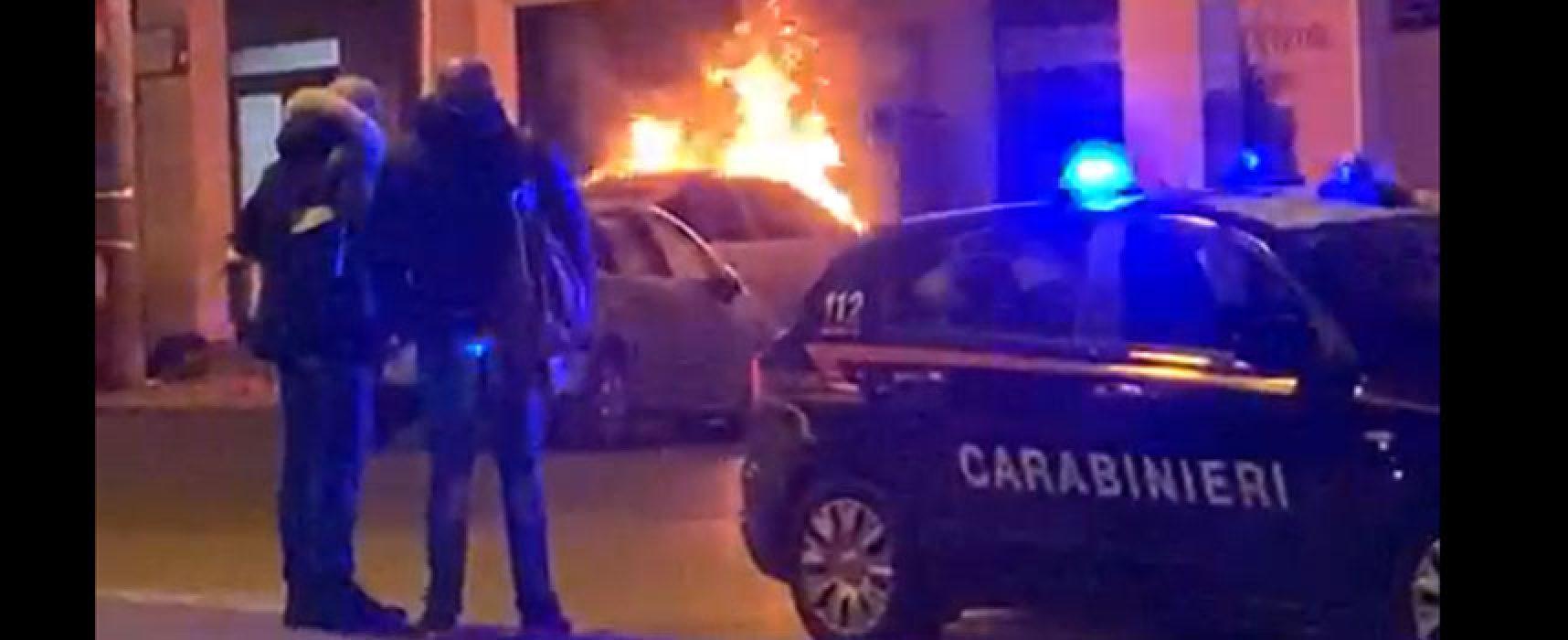Auto in fiamme nella notte in zona Calvario / VIDEO