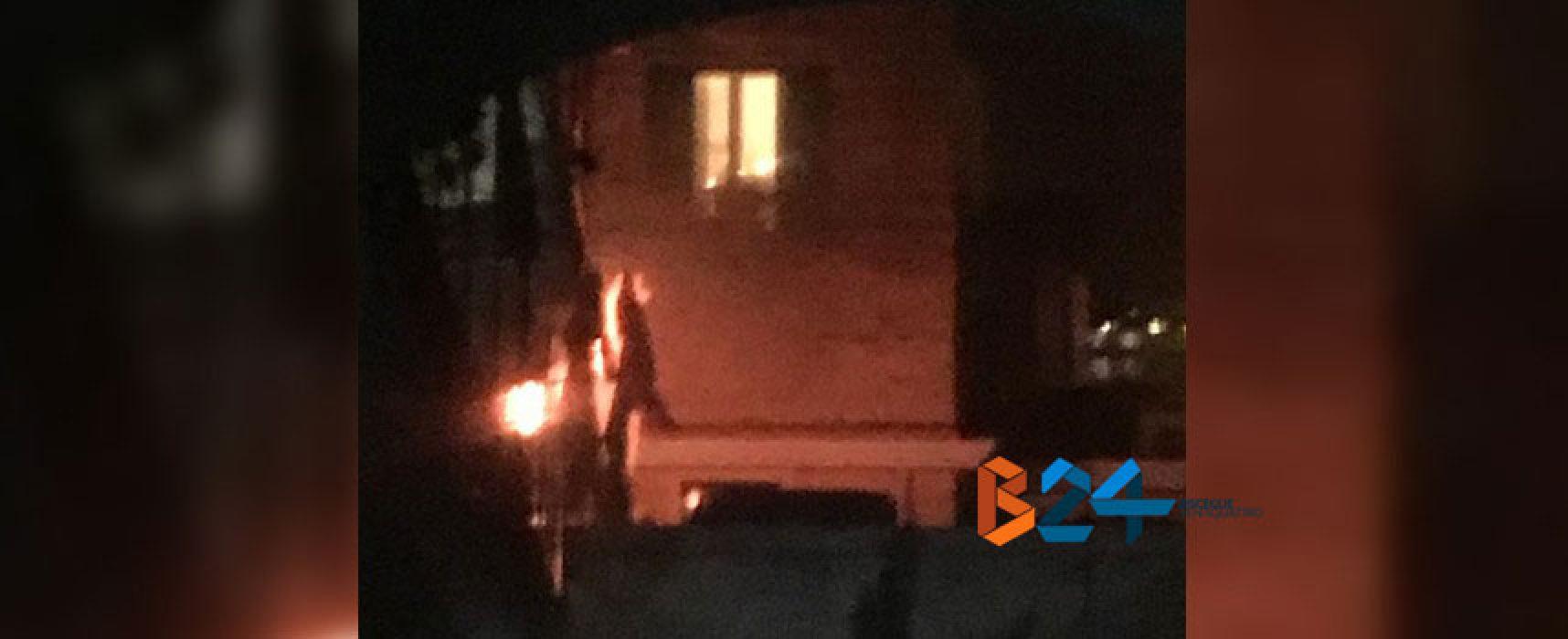 Incendio all'esterno di un appartamento in via Monte San Michele, nessun ferito