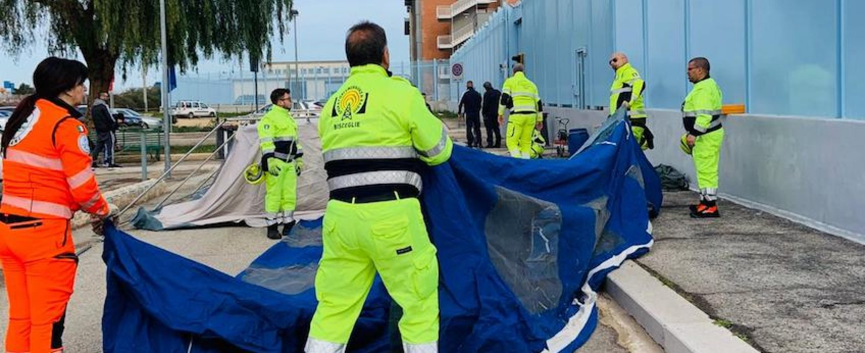 Oer di Bisceglie impegnati in allestimento tende pre-triage davanti al carcere di Trani / FOTO